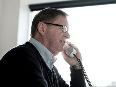 Mand snakker i telefon